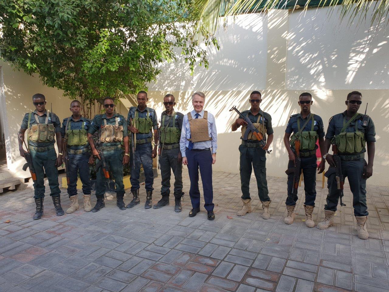 Kansainväliset vieraat liikkuvat vielä Mogadishussa luotiliivit päällä ja turvamiesten ympäröimänä. Kaupungissa on kuitenkin jo avattu paljon uusia kauppoja ja liiketiloja.